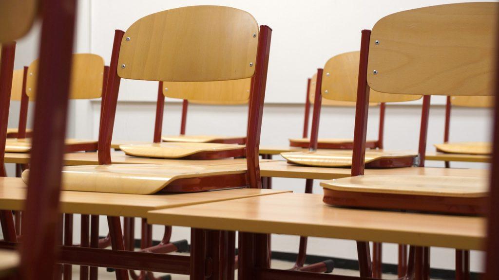 Peste 800 de universitari reclamă la CCR legea care interzice referirea la identitatea de gen în şcoli