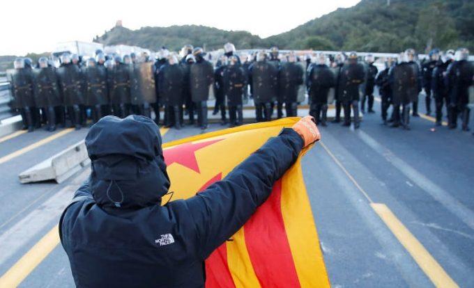 Poliţia franceză a dispersat manifestanţii catalani care blocau o autostradă la frontieră