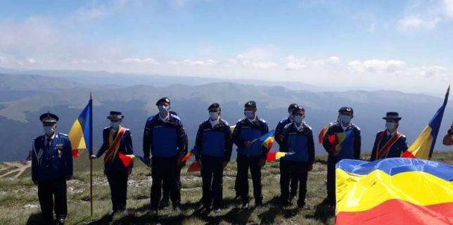Prahova Imnul României, interpretat de zeci de artişti la peste 2.000 m altitudine, lângă Crucea de pe Caraiman