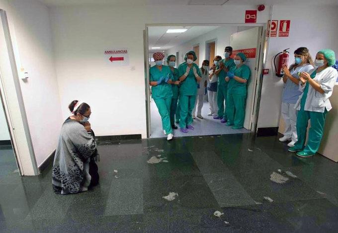 Premio de Fotografía: La madre del joven rumano, arrodillada frente al equipo de médicos