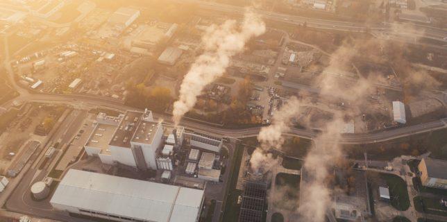 Principalele companii generatoare de emisii, departe de a se fi aliniat Acordului de la Paris privind încălzirea globală (raport)