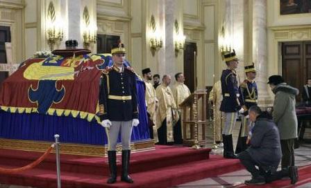 Regele Carl al XVI-lea Gustaf și regele Juan Carlos I - prezenți la funeraliile regelui Mihai I