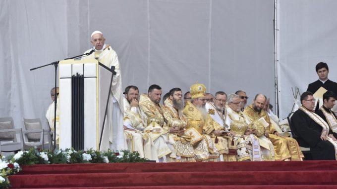 Regina Coeli del Papa: Que María proteja a todos los rumanos