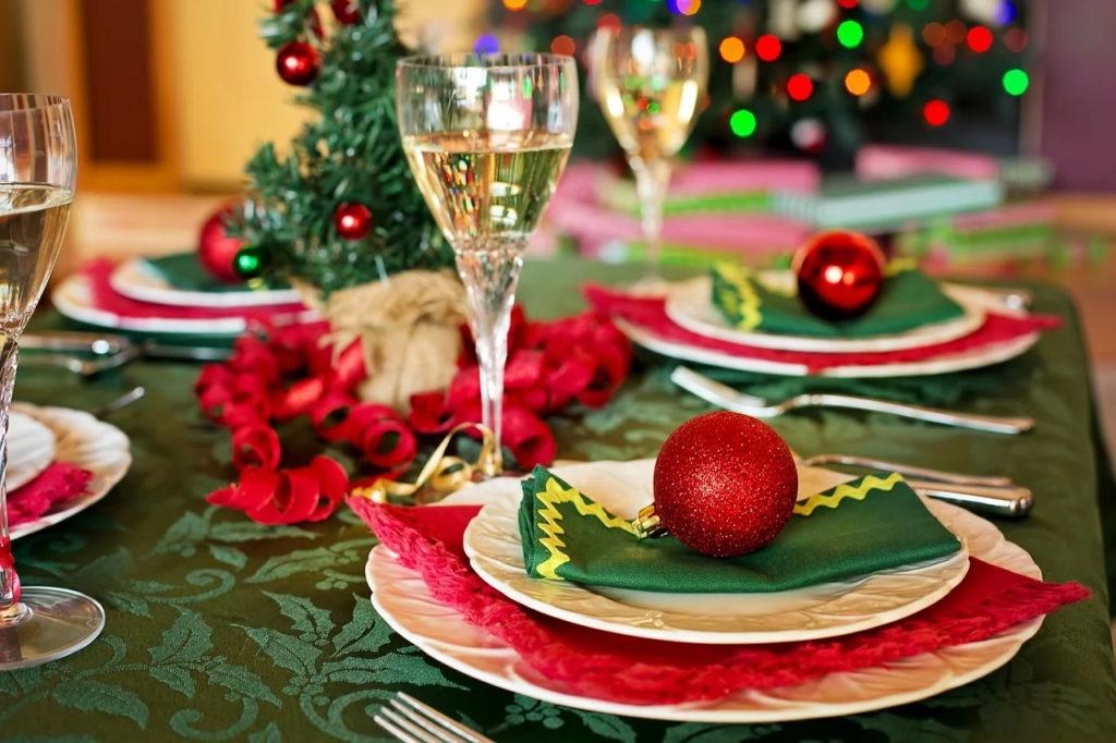 Românii alocă mai mult de jumătate din bugetul pentru sărbători pe mâncare (studiu)