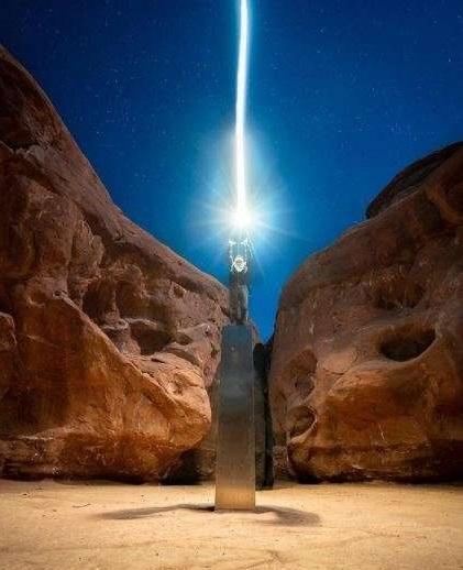SUA: Misteriosul monolit descoperit într-o regiune deşertică din Utah a fost demontat şi transportat cu o roabă