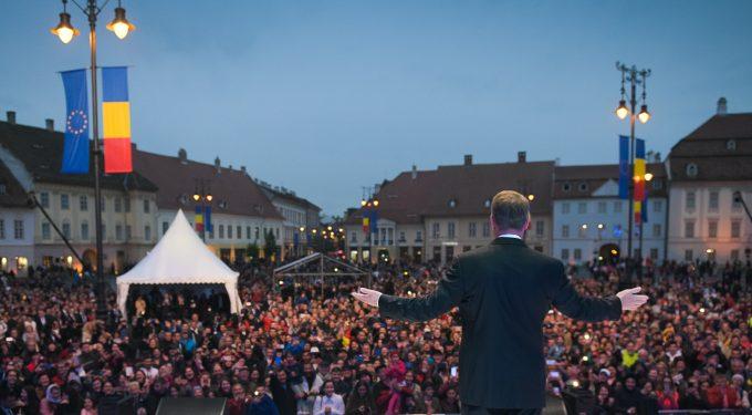 Sibiu: Aproape 10.000 de oameni, pe ploaie, în piaţa Summitului UE la spectacolul de folclor şi concertul Deliei