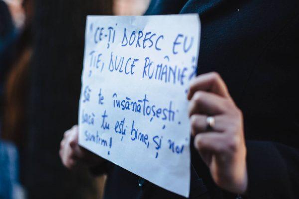 VIDEO Sibiu: Poezia ''Ce-ţi doresc eu ţie, dulce Românie'', rescrisă la protestul din faţa sediului PSD