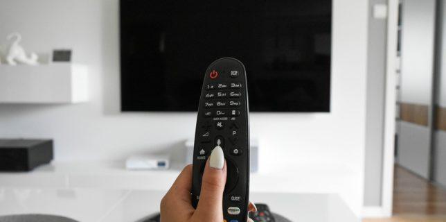 Sondaj INSCOP: Majoritatea românilor se informează de la televizor; aproape jumătate cred că posturile TV sunt expuse dezinformării