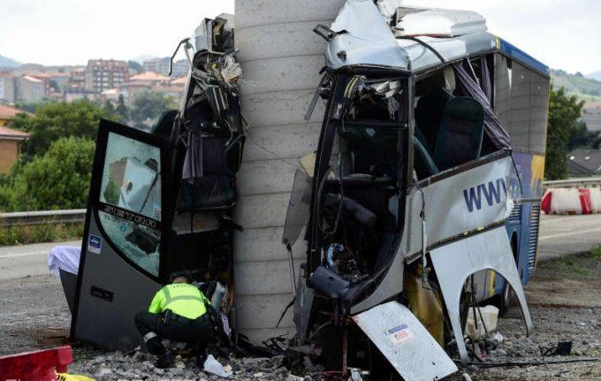 Spania: Cel puţin patru persoane decedate şi 16 rănite într-un accident de autocar în Asturias
