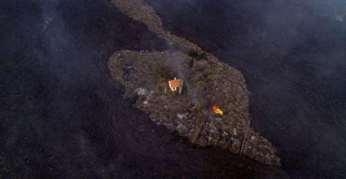 Spania: O casă, ''cruţată'' în mod miraculos de lava devastatoare a vulcanului de pe insula La Palma