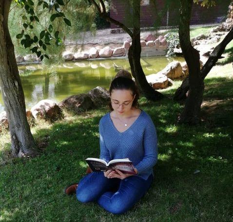 Spania Roxana Iris Pop o tânără româncă pasionată de scris și care și-a lansat prima carte la doar 15 ani-2