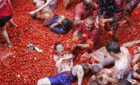 Spania: Tomatina, celebra bătaie cu roșii, organizată sub o supreveghere strictă a forțelor de securitate
