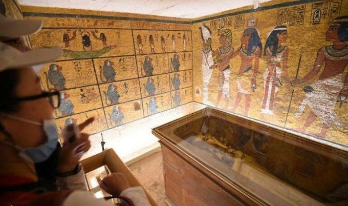 VIDEO: Specialiştii egipteni au început restaurarea sarcofagului din lemn aurit al lui Tutankhamon