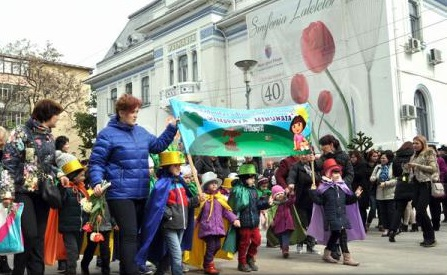 """Sute de oameni au înfruntat frigul la deschiderea ediției din acest an a """"Simfoniei lalelelor"""" de la Pitești"""