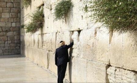Trump, primul președinte american la Zidul Plângerii, a lăsat un bilet la locul cel mai sfânt al iudaismului
