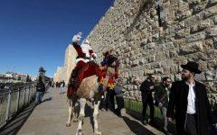 Un Moş Crăciun pe o cămilă a împărţit brazi de Crăciun locuitorilor din Ierusalim