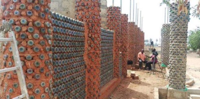 Un arhitect african a construit o bibliotecă publică din 45.000 de sticle de plastic reciclate
