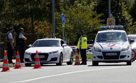 Un bărbat care avea asupra sa o centură cu explozibili a fost împușcat la vest de Barcelona (post de radio)
