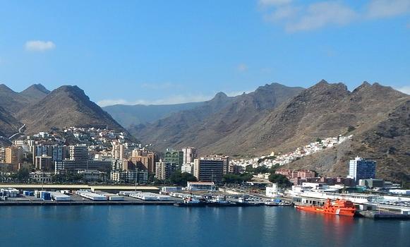 Un fallecido y dos heridos graves al caerles encima un contenedor en Tenerife